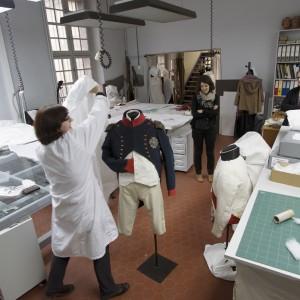 Le mannequin retourne en réserve jusqu'à l'ouverture de l'exposition ©Paris, musée de l'Armée/Pascal Segrette.